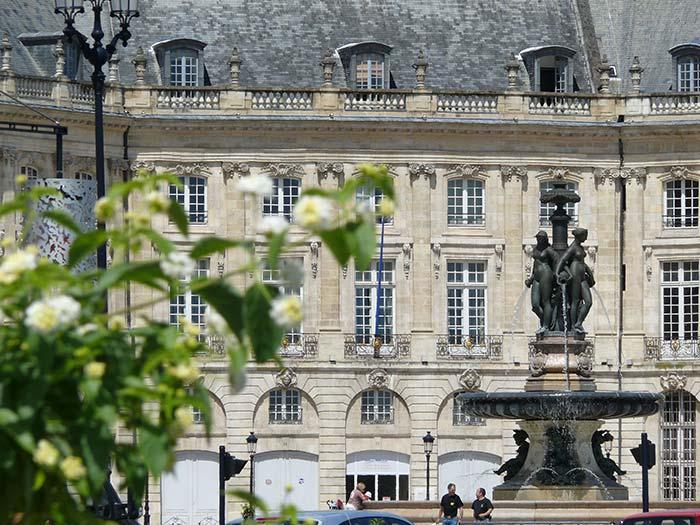 taxi au coeur de la ville de Bordeaux